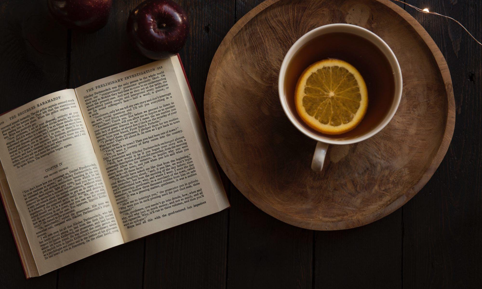 洋書とオレンジ